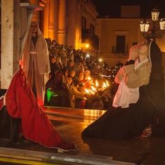 Violante Placido Maria che prega ai piedi della croce