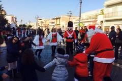 Festa e solidarietà tra casa di Babbo Natale e magia