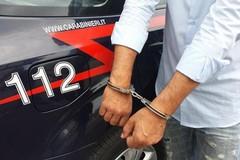 Strappa dalle mani di un anziano il portafogli, arrestato