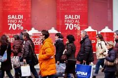 Saldi al via da ieri, Codacons: «Spesa per 184 euro a famiglia»