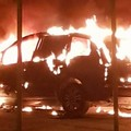 Auto in fiamme nella notte in via Fratelli Cervi
