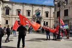 Lavoratori agricoli senza sostegno economico, mobilitazione davanti alla Prefettura