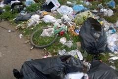 Molti rifiuti e poca sicurezza lungo la strada per il cimitero