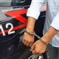 Minaccia il padre con un cacciavite per comprare la droga, arrestato