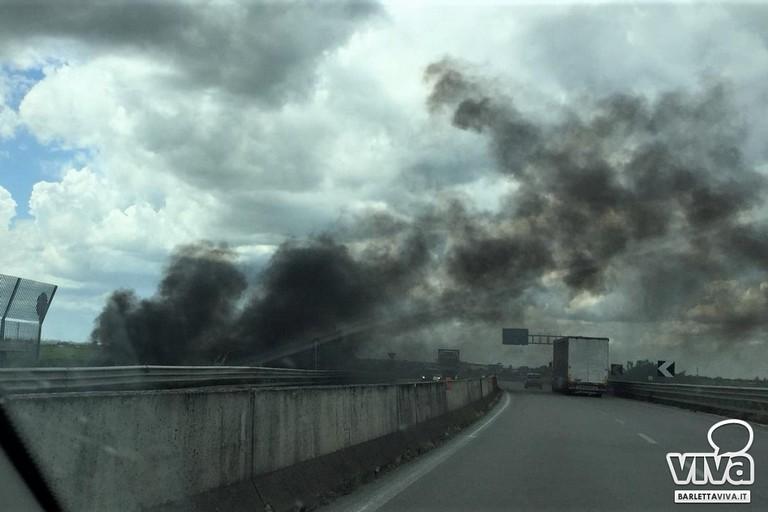 Fumo nero sulla statale 16 bis fra Trinitapoli e Barletta